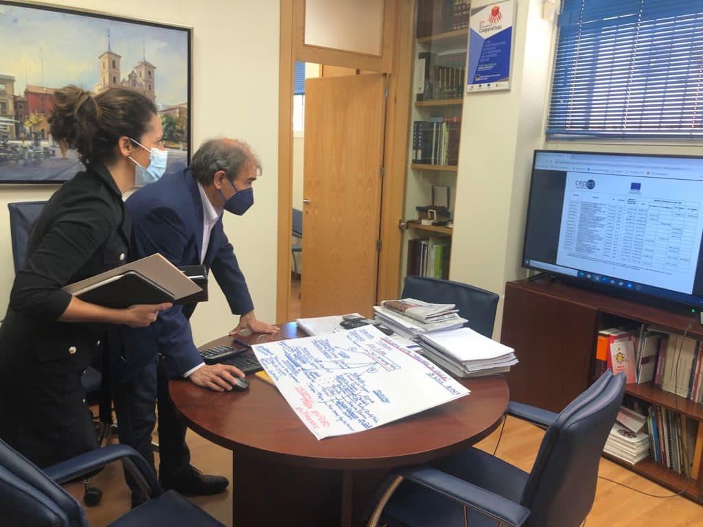 La consejera Cristina Sánchez trabaja, junto a Juan Antonio Pedreño, presidente de Ucomur, en el proyecto 'Archena Gusta'